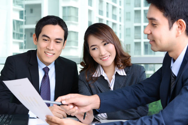 asian-business-people-discussing-work-office_8087-70
