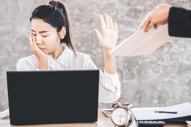 tired-female-asian-employee-ignore-job_34670-730