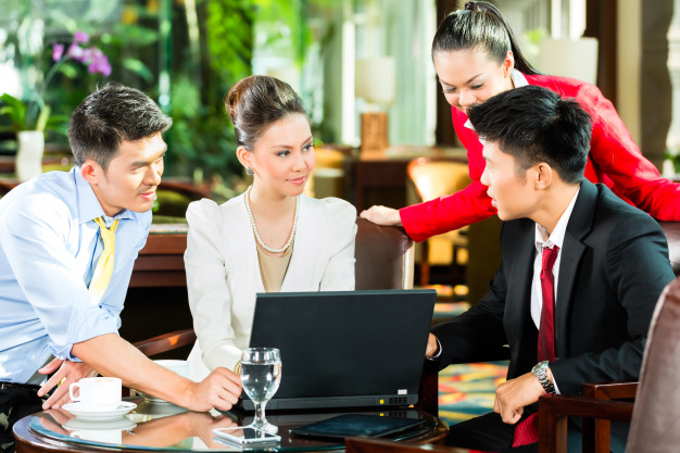 asian-business-people-meeting-hotel-lobby_79405-3390